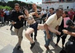 Голых иностранок из Femen едва не растерзали в мусульманском Тунисе