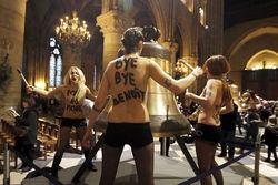 ВКонтакте: Антипапская акция FEMEN в Нотр-Дам де Пари – глумление