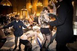 FEMEN оголились в Соборе Парижской Богоматери