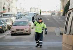 ТОП видео youtube: сбегая, водитель полкилометра волок автоинспектора на капоте