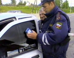 Сотрудник ГИБДД снял номера с машины депутата за незаконную тонировку