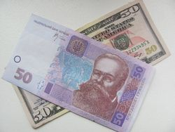 Курс гривны укрепился к швейцарскому франку и японской иене, но снизился к канадскому доллару