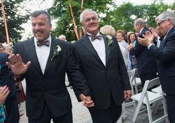 Губернатор поздравил конгрессмена, женившегося на мужчине