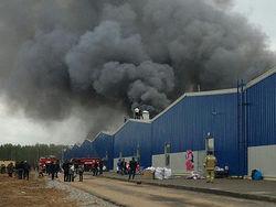 Пожар в ТЦ под Казанью не могут потушить даже с помощью вертолета