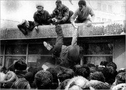 Грустный ТОП видео YouTube: массовая драка за обувь на секонд-хенде Тернополя