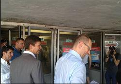 Лидер ВО «Батькивщина» раздавал листовки возле метро