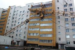 В Чите строительный кран рухнул на жилое здание