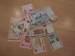 Курс белорусского рубля снизился к фунту стерлингов, но укрепился к евро