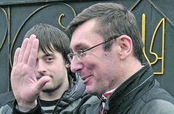 Юрий Луценко на выходе из колонии