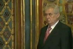 Пьяный президент Чехии едва устоял на ногах, найдя опору в стене
