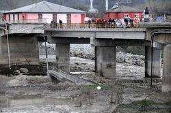 В Турции мост обрушился в реку вместе с автомобилями