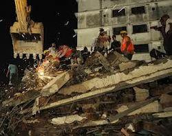 Индия: женщина 36 часов находилась под обломками рухнувшего здания