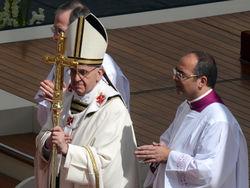 Папа римский Франциск впервые провел обряд канонизации