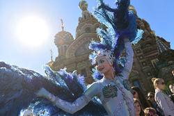 """Полиция прервала традиционный уличный парад цирка """"Солей"""" в Петербурге"""