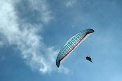 Особенности отдыха в Крыму: на палатку с людьми упал парапланерист