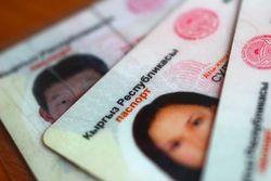 Чтобы выехать на работу за рубеж, узбечки покупают паспорта Кыргызстана
