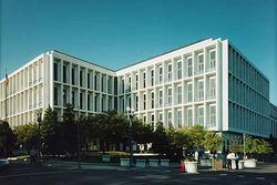 В одном из зданий Сената в Вашингтоне нашли пакет, - думают бомба