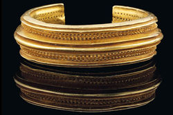 Древний золотой браслет продан на аукционе Christie's за 800 тыс. долларов