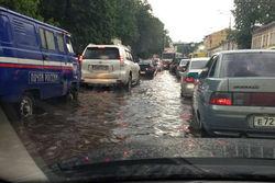 Из-за сильного дождя в Ярославле случился потоп, движение встало – последствия