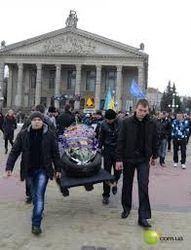 Налоги есть – дорог нет: в Тернополе прошли «похороны колеса»