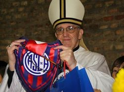 Папа Франциск с символикой любимого клуба