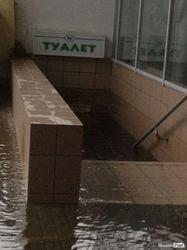 Залитый туалет в торговом центре