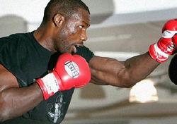 Рахман травмировал руку и не выйдет на чемпионский бой с Поветкиным