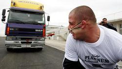 Грузин ухом протянул грузовик 8 тонн. ТОП необычных рекордов