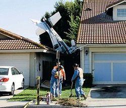 самолет врезается в дом