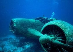 затонувший самолет
