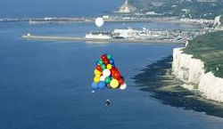 Житель Кейптауна в ЮАР перелетел океан на надувных шарах