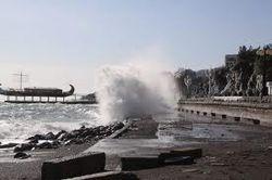 6-балльный шторм лишил Алушту части набережной