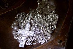 Россыпь изделий из серебра