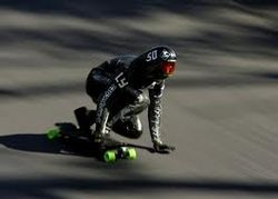 ТОП видео YouTube: 110 км/час по трассе на... скейте