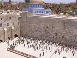 Возле Стены Плача в Иерусалиме разрешили молиться женщинам
