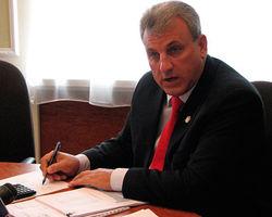 Скандал: в Украине чиновник советует молодежи эмигрировать за рубеж