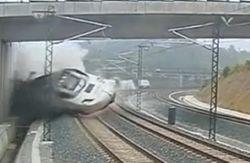 В сеть попало видео аварии поезда в Испании