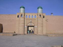 В Бухаре решили реставрировать древнюю крепость Арк. Но как-то коряво