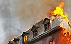 В Москве горит общежитие – из окон вырывается пламя и густой дым
