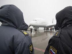 Во Внуково спецназ пресек попытку поставки оружия и денег