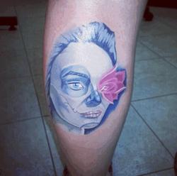 В Одноклассники.ру обсуждают татуировку Водонаевой у американца