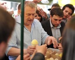 Жириновский на раздаче мороженого