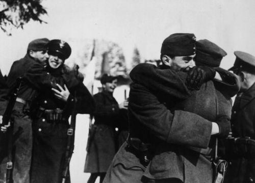 Братание солдат венгерских и польских оккупационных войск в захваченной Чехословакии.