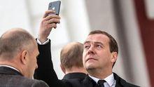 Дмитрий Медведев с смартфоном iPhone X во время посещения Воскресенского Ново-Иерусалимского мужского монастыря, 15 ноября 2017 года