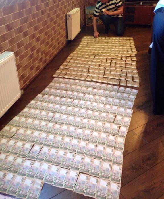 СБУ показала ковер из долларов в кабинете прокурора.  Киев.