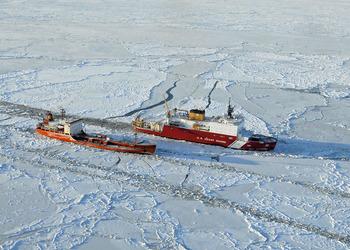 Танкер Ренда следует во льдах к Ному
