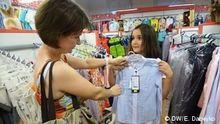 Надежда и Яна прицениваются к блузке