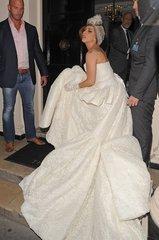 Леди Гага - певица из США, автор своих песен. Обладает пятью премиями Грэмми, 30-ю премиями MTV, премиями Эмми, она исполнительница танцевальной поп-музыки, в которой соединились глэм-рок, электро-, диско-, R&B, Мадонны, Майкла Джексона