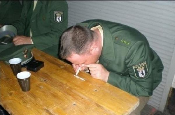Немецкий полицейский нюхает порошок, похожий на кокаин. Реальность или инсценировка?
