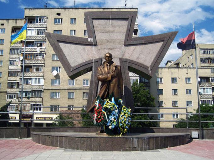 Памятник Степане Бандере в Ивано-Франковске